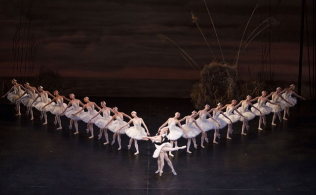 Sonia Rodriguez and Aleksandar Atonijevic with Artists of the Ballet in Swan Lake