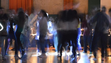 Les adolescents prennent d'assaut le CNA à l'occasion de De plain-pied, un rendez-vous turbulent à mi-chemin entre l'atelier de création et la fête. | Johanna Buguet