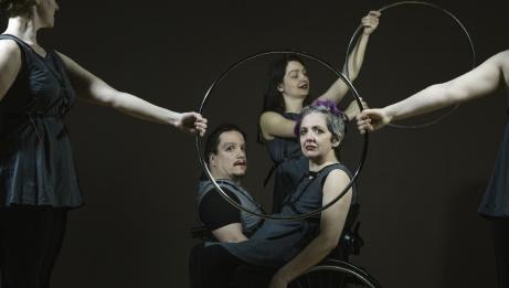 Photo: Propeller Dance dans flesh & spokes. Chorégraphie de Renata Soutter. | Andrew Balfour