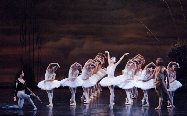 Guillaume Côté and Heather Ogden with Artists of the Ballet in Swan Lake