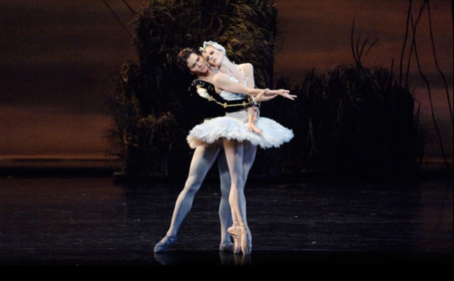 Guillaume Côté and Heather Ogden in Swan Lake
